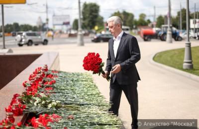 Мэр Москвы Сергей Собянин возложил цветы к мемориалу в память погибших