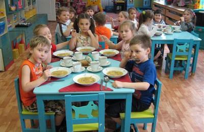 На бесплатное питание детей в Москве до конца года выделят почти 5 миллиардов рублей