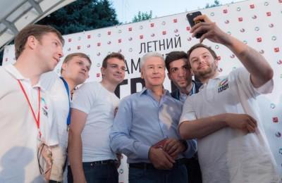 Мэр Москвы Сергей Собянин фотографируется вместе с представителями молодежный палат на форуме «Грани будущего»