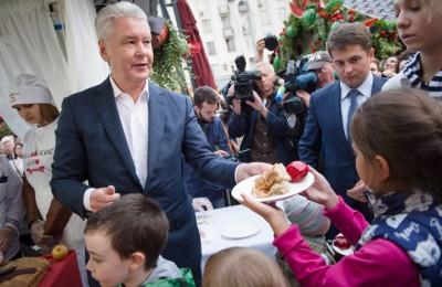 Мэр Москвы Сергей Собянин первыми угостил шарлоткой юных гостей фестиваля