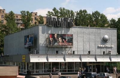 Кинотеатр «Орбита» представляет собой типичное советское здание с тремя залами