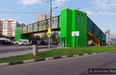 Завершилось строительство надземного пешеходного перехода на проспекте Андропова