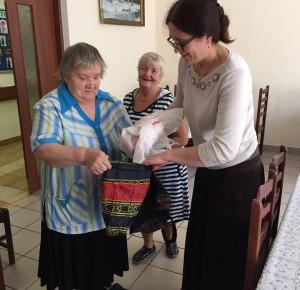 """Пенсионеры получили продуктовую помощь в ТЦСО """"Коломенское"""""""