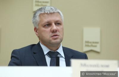 Михайлов: Все автобусы «Мосгортранса» ходят с табличками «Я соблюдаю ПДД»