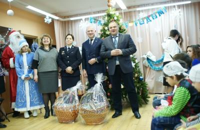 Воспитанников центра «Планета семьи» с наступающим Новым годом поздравили сотрудники УВД по Южному округу