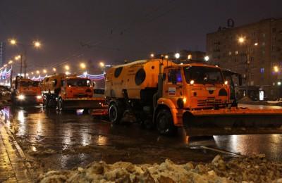 Выпавший в Москве снег убирали около семи тысяч единиц техники