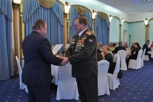 Алексей Челышев вручает награду заместителю председателя правления региональной общественной организации «Чернобыль-Защита» Виктору Шевелеву