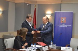 Михаил Львов получил награду из рук председателя СМОМ Владимира Дудочкина