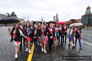 Наряды для выпускного бала в рамках благотворительной акции получили 400 московских выпускников