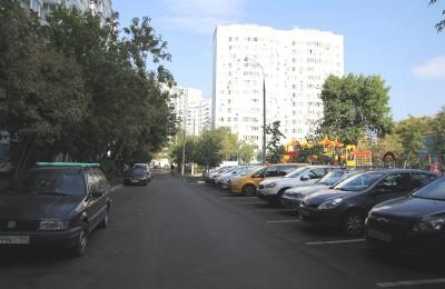 В 12 дворах Нагатинского затона обустроят парковочные карманы