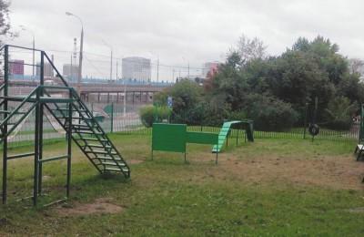 Площадку для выгула собак обновили на проспекте Андропова