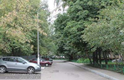 На Коломенской набережной обустроят дополнительные парковочные карманы
