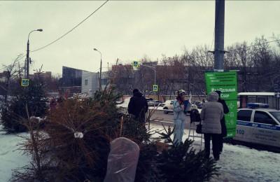 Жители Нагатинского затона сдали елки на переработку