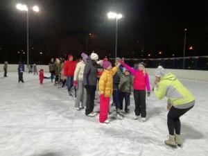 Центр досуга «Планета Молодых» провел дискотеку на льду «Веселые коньки»