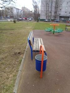 Мусорный урны  на детской площадке заменили по просьбам местных жителей  района Нагатинский затон