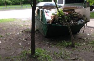 Неправомерно расположенный мусорный контейнер