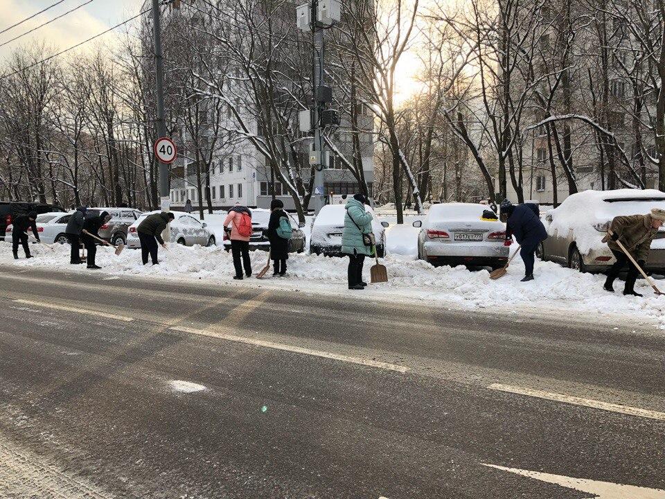 Активная молодежь района вышла на улицы Нагатинского затона с лопатами