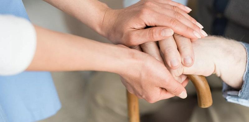 помощь-руки-бабушка-костыль-мосру-2004